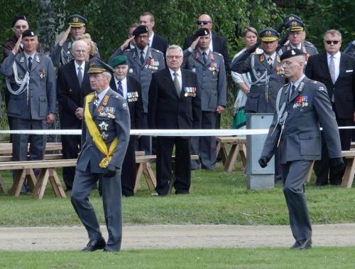Kenraali Ari Puheloinenja Eversti Tero Ylitalotarkastavat paraatijoukot.