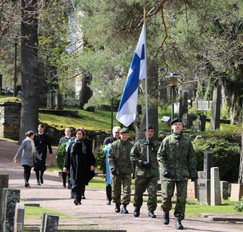 Suomen lippu saapuu.