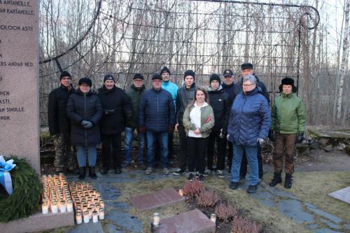 Ryhmä aktiiveja kynttilänsytytys-talkoissa.