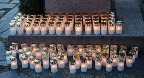 105 kynttilää Sankarimuistomerkillä.Tuulen vuoksi vain toisella sivulla.