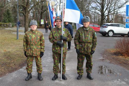Aliupseerit Suomen lipulla.